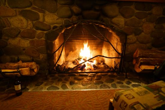 National Park Inn at Mount Rainier: Community room fireplace