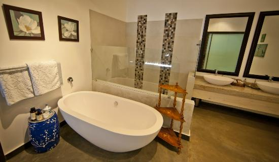 Bushveld Terrace Hotel & Guest House: En suite bathroom in the Marula Suite