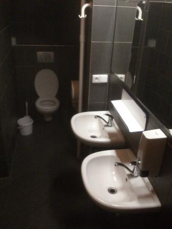 Hostel Chili Prague: bathroom