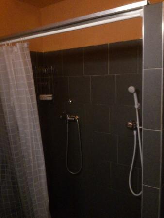 Hostel Chili Prague: double (?) shower