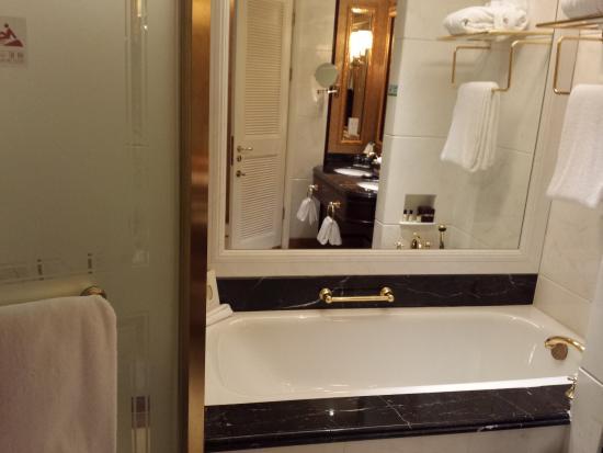 Grand Central Hotel Shanghai: Bath and shower on 10th floor