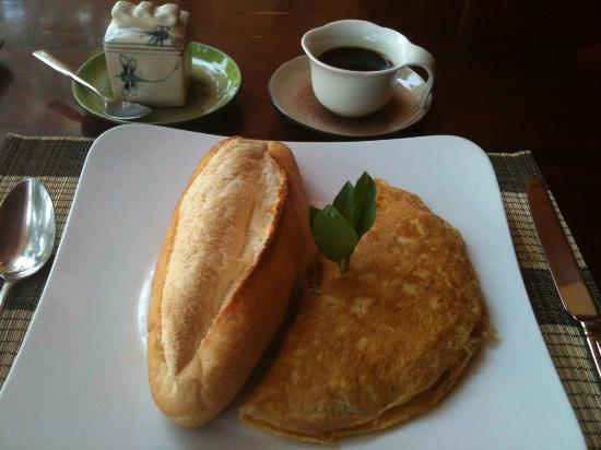 Veranda Restaurant: Omelette, bread and coffee as part of the breakfast set