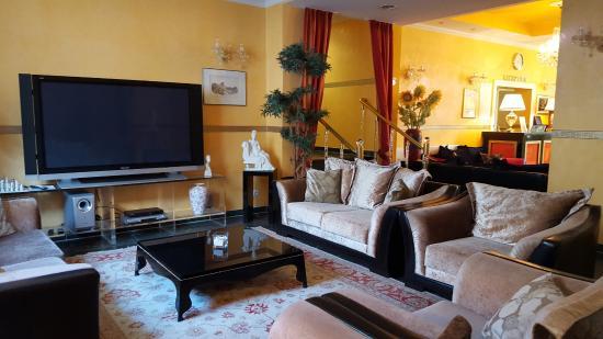 BEST WESTERN Alexa Hotel: Lounge med stor TV