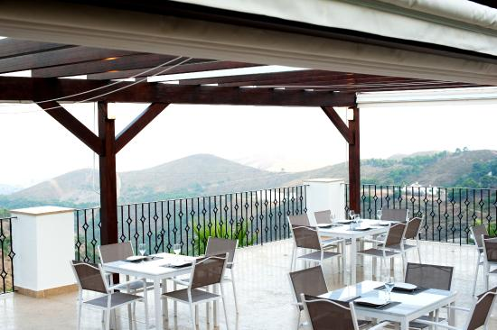 Hills Cafe & Restaurant: Terrace with views