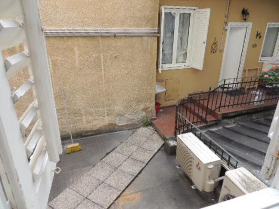 Motori condizionatore e terrazzo sotto l'unica finestra   picture ...