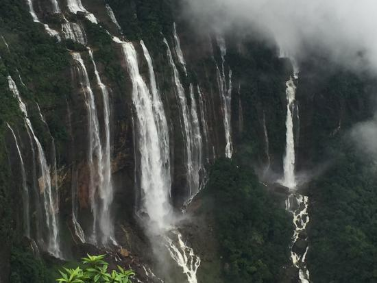 Cherrapunjee, India: Nohkalikai Falls at their best