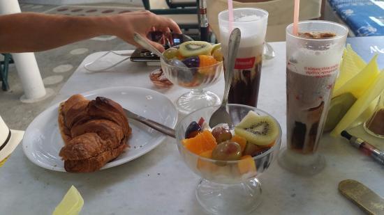 Cafe Hide Away: Colazione con yogurt e brioches + freddo cappuccino