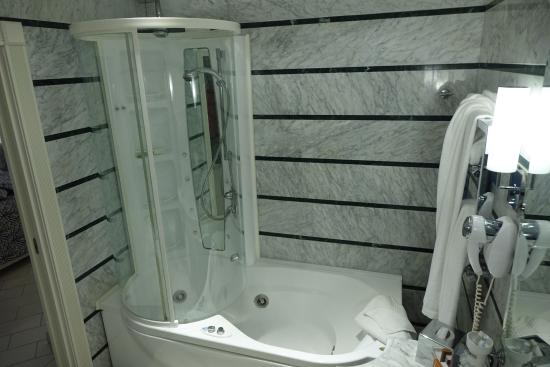 La Ciliegina Lifestyle Hotel : bath room with the combo jacuzzi/multi jet shower