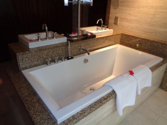 Constance Ephelia: La salle de bain (très grande)