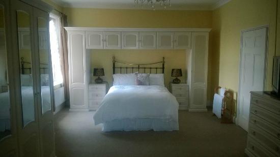 12 Morton Terrace : Yellow Room