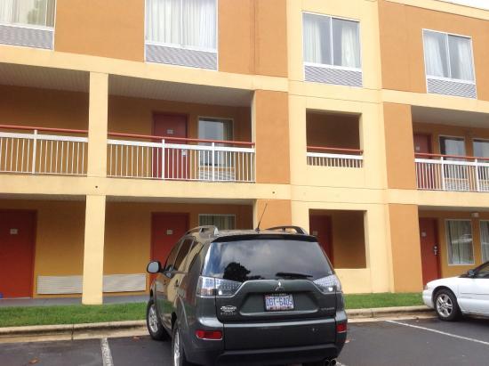Baymont Inn & Suites: Baymont - Durham/ NC, quarto térreo ao fundo, uma sugestão.