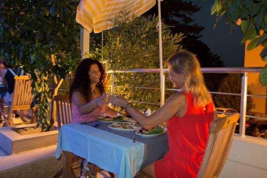 Eden Pyara Hotel : Restaurant