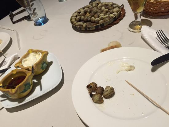 Ullastret, Spagna: Cargols y fideos con llamantol, comimos como reyes y muy tranquilos