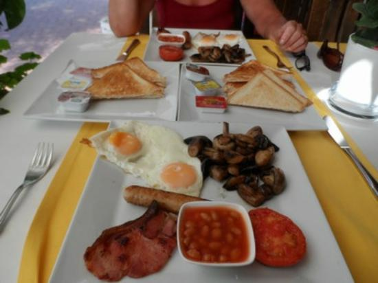 Small World Hotel: Breakfast at the REGAL