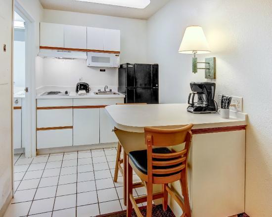 Studio 6 Atlanta Northlake : Kitchen