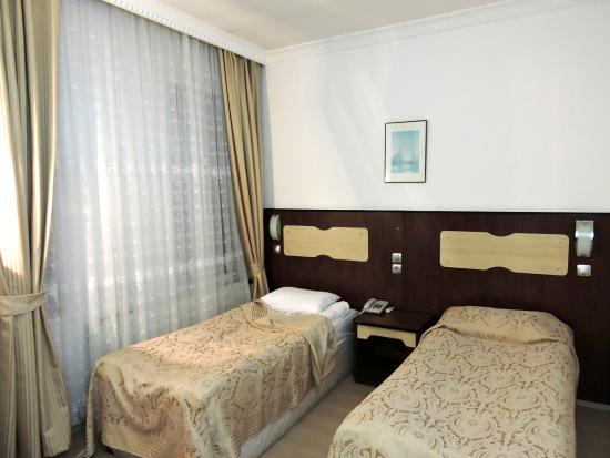 Altinoz Hotel: Room with twin beds