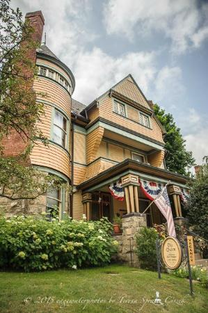 The Queen - A Victorian Bed and Breakfast: another street view