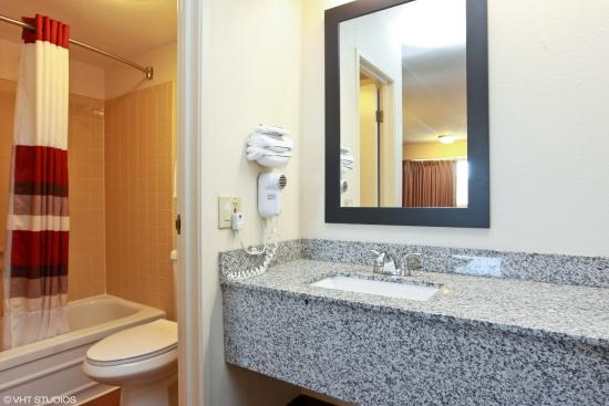 Red Roof Inn Michigan City: Bathroom and Vanity