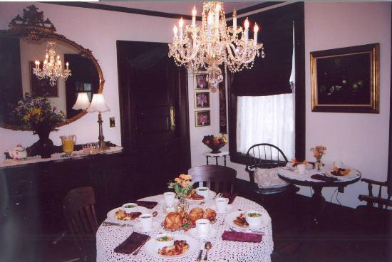 Manheim Manor Victorian Bed and Breakfast: Dining room