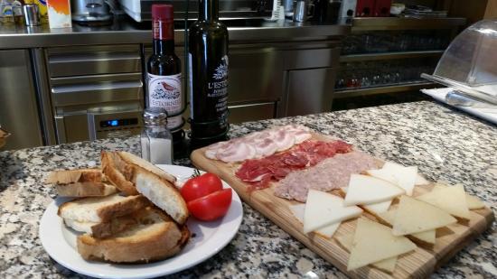 Cal Sinquede: Tabla de embutidos y quesos con pan con tomate