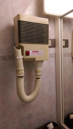 Art & Hotel Treviolo: Asciugacapelli sala bagno