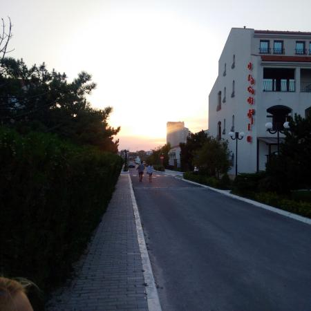Marina Regia Residence: The road from the hotel to the beach