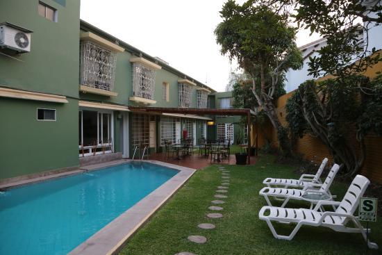 Basadre Suites Boutique Hotel: jardin et piscine