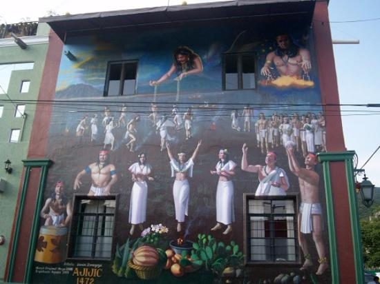 Estrellita's Bed & Breakfast: Huge mural. The whole village is covered with them!