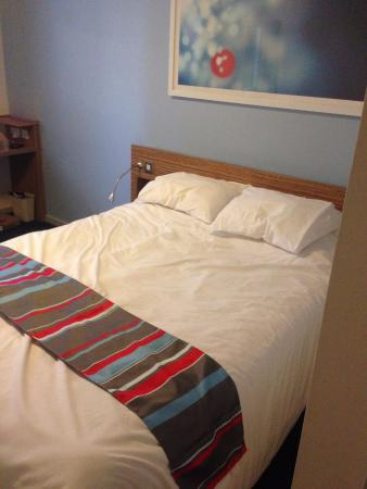 Travelodge London Barking: Very comfortable bed (taken before checkout!)