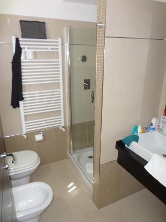 Hotel Baja: De piepkleine badkamer.