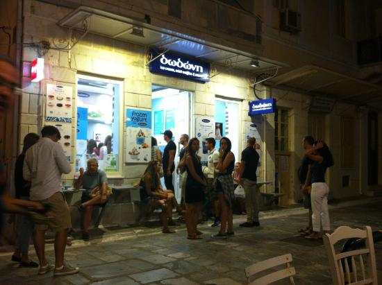Dodoni Ice Cream and Frozen Yogurt Andros : Long cues..