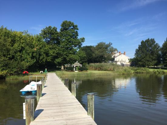 Kent Manor Inn: looking down the dock