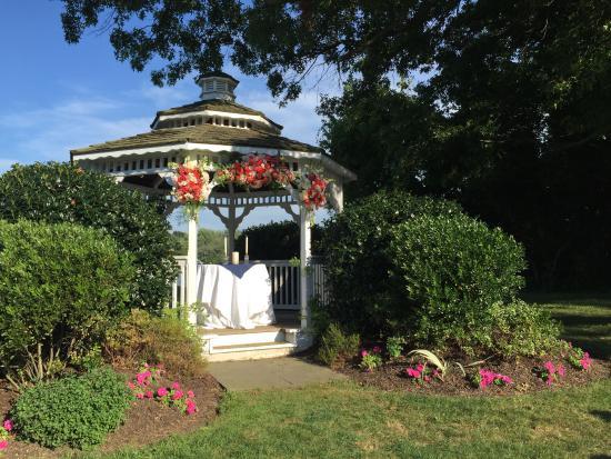 Kent Manor Inn: little wedding ceremony gazebo