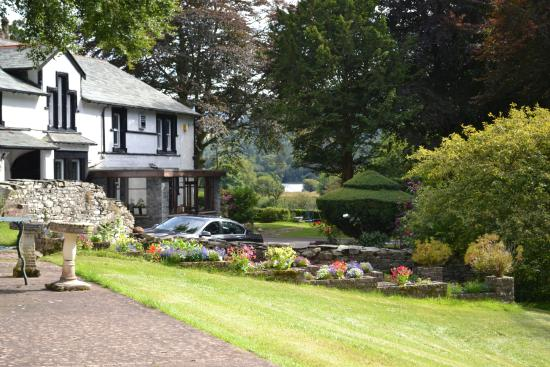 The Grange Country House Hotel: Looking past Grange Country House to Lowewater