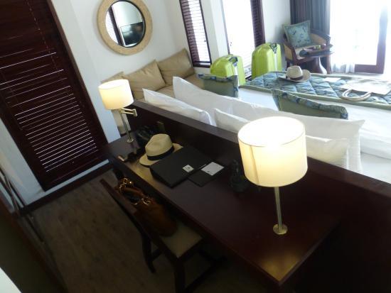 Lembongan Beach Club And Resort Desk Behind Bed
