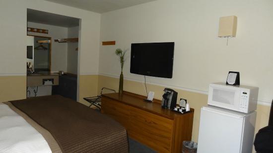 Resort City Inn: good ammenities..flat screen TV, fridge, etc.