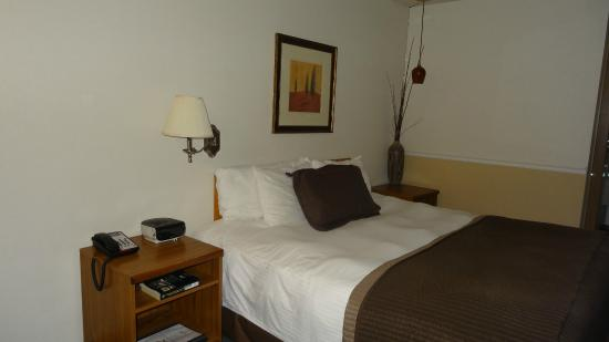 Resort City Inn: comfy bed..some light fixtures upgraded...some not!