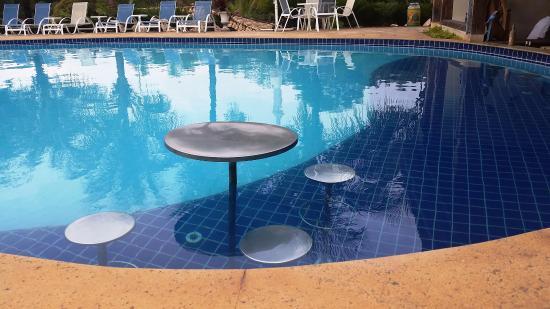 Confraria Colonial Hotel Boutique : Mesinhas na piscina, em frete ao bar