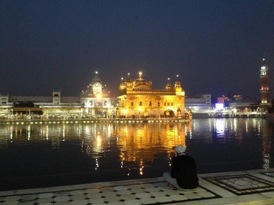 HOTEL AKAAL RESIDENCY: Великолепный Золотой Храм вечером, сияет!