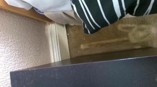 The Northumberland Hotel: Dirty floor area between beds