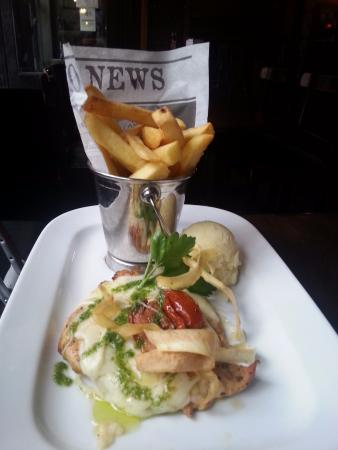 Arlington Hotel Temple Bar: chicken served with fries and mashed potatos