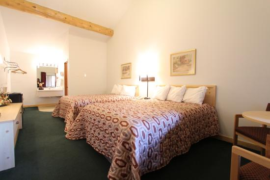 Moose Creek Lodge and Suites: Guest Room Two Queen Beds