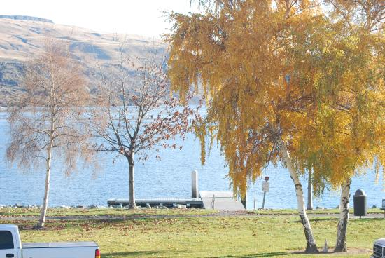 Howard's Lakeshore Inn : Fall on the Columbia River