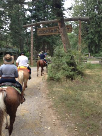 Mountain Sky Guest Ranch: riding back to the ranch