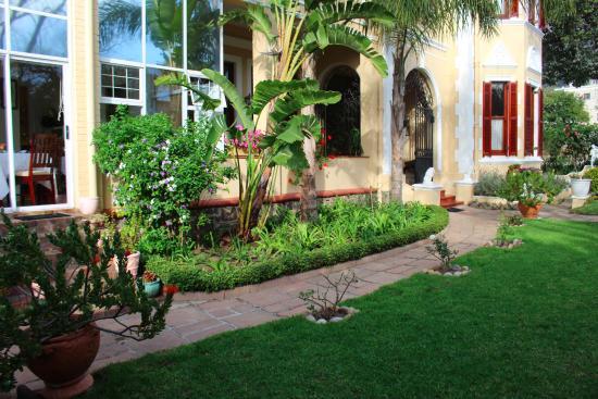 Carmichael Guesthouse: Beautiful gardens