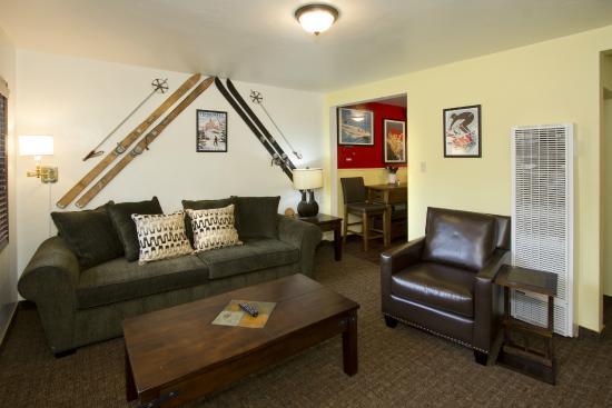 Holiday Haus Motel : Casita Living Room