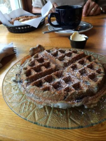 Mountain Mocha Cafe : Blueberry waffle =Heaven!
