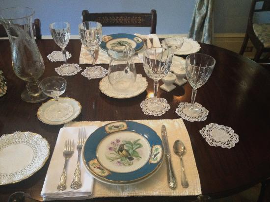 Historic Oak Hill Inn: Beautiful place setting for your breakfast!