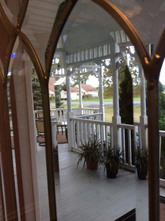 Woodruff Manor Bed & Breakfast: View from inside the front door onto porch