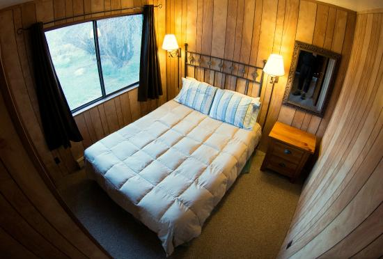 Antler Ridge Resort Cabins: 2 Bedroom Cabin typical queen bedroom